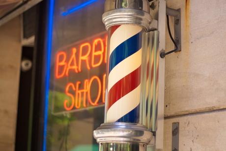 """Curiosità, le origini dell'insegna del barbiere """"BARBER POLE""""."""