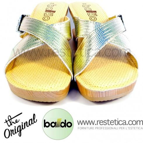 Zoccoli Baldo 4/30 con incrocio a fasce color oro, dotati di molla e plantare imbottito per un maggiore confort ai piedi