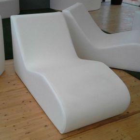 Chaise longue Onda ergonomica realizzata con tessuto drenante in pelle sintetica
